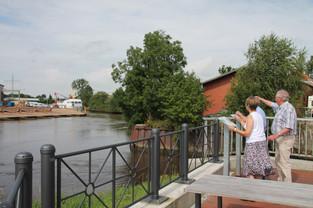 Drei Personen erkunden den Oldersumer Hafenweg, Station Diedrichs-Werft