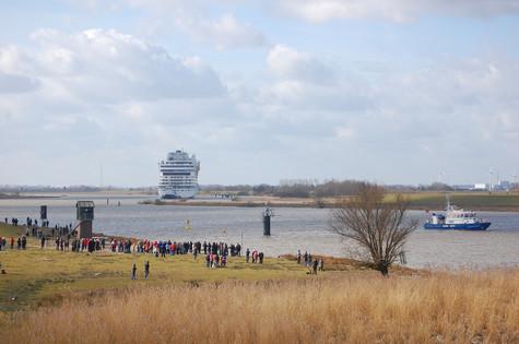 Beobachtung der Überführung eines Kreuzfahrtschiffes am Emsdeich
