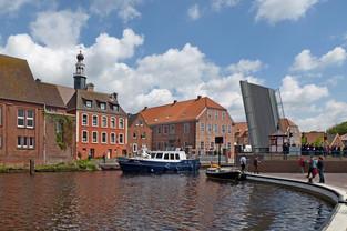 Wasserstraße mit Klappbrücke in Emden