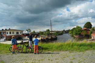 Mutter mit zwei Kindern blicken auf die Diedrichs-Werft in Oldersum