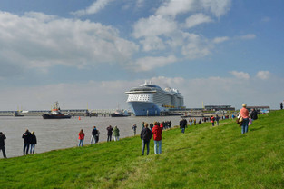 Kreuzfahrtschiff passiert das Emssperrwerk in Gandersum