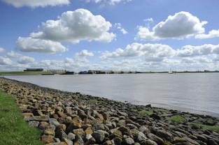 Ems-Ufer mit Blick auf das Emssperrwerk