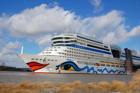 Ems-Überführung eines AIDA-Kreuzfahrtschiffes