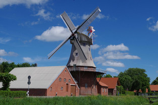 Galerie-Holländer-Windmühle Warsingsfehn von der anderen Seite des Kanals aus fotografiert