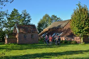 Fahrradgruppe steht vor dem Heitens Huus