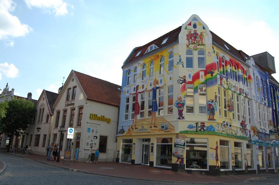 Künstlerisch bemalte Fassade der Bünting-Coloniale in der Altstadt von Leer