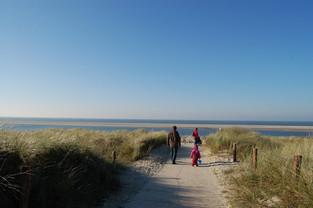 Familie auf dem Weg zum Strand von Langeoog