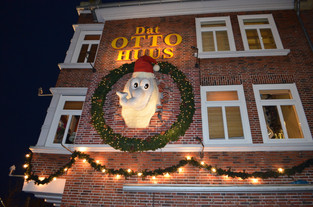 Fassade des Otto-Huus in Emden zur Weihnachtszeit