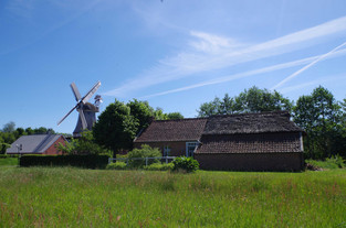 Heitens Huus und Mühle bei strahlend blauem Himmel