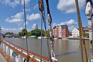 Blick vom Schiff auf den Leeraner Rathausturm